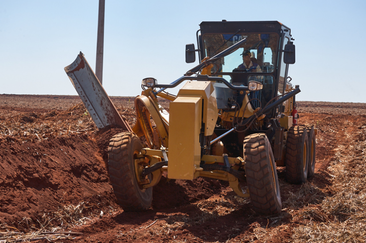 Cat 120 motor grader has an operating weight of 35,067 pounds.