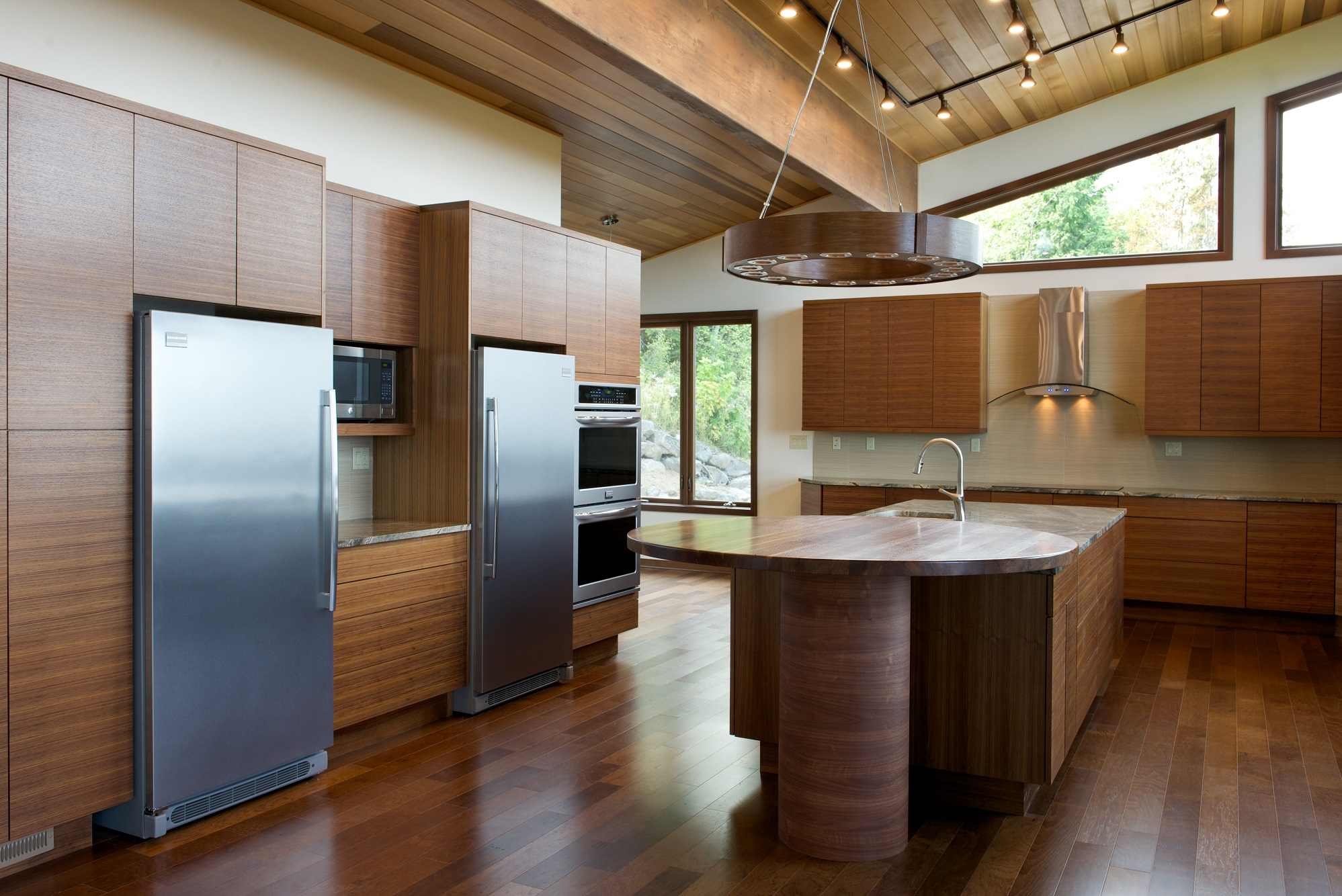 In the kitchen trapezoidal clerestory windows and flush panel