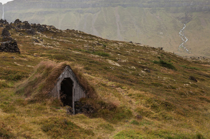 Icelandic turf house_Wikimedia Commons_CC BY-SA 4.0
