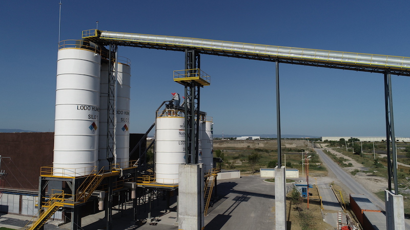 The dewatered cake at Dulces Nombres is conveyed to the drying installation on belts—one of which is as long as 127 meters—and into 2 silos of 300 cu meters each equipped with a rotating screw discharge system prior to feeding to the dryers